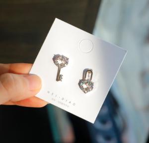 S925银针韩国个性简约不对称迷你钥匙锁心耳环耳针