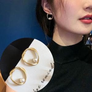 S925银针韩国气哑光不规则圆圈珍珠耳钉