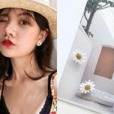 S925银针韩国简约白色小雏菊花朵花瓣可爱少女风耳钉